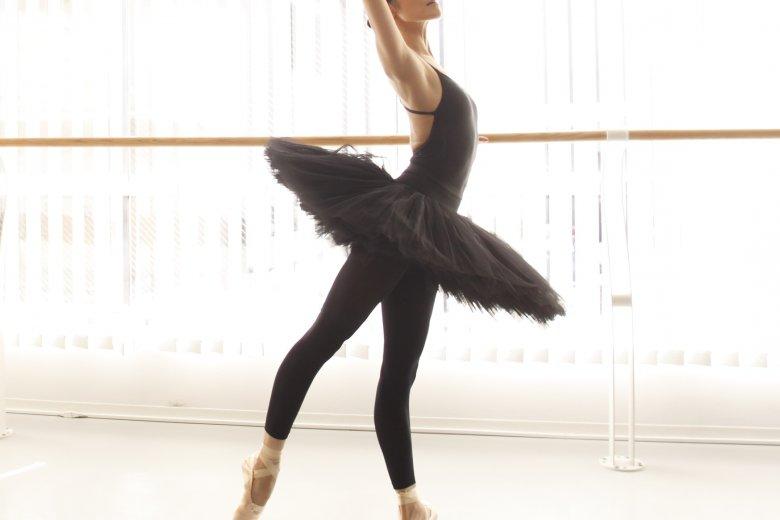 記事「バレリーナの美しいX脚も、間違った使い方をすると痛みの原因に?!「バレエのための解剖学-X脚編-」」の画像