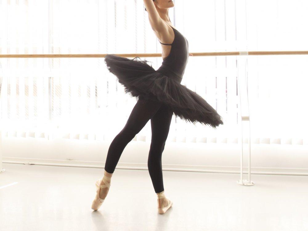 バレリーナの美しいX脚も、間違った使い方をすると痛みの原因に?!「バレエのための解剖学-X脚編-」