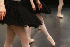 記事「こんなバレエのレッスン受けたことある!?〜64カウントのアンシェヌマンを踊ろう〜」の画像